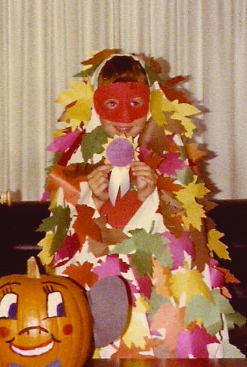 Child in leaf costum